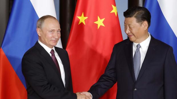 Putin y Xi Jinping se saludan durante la cumbre de los Brics