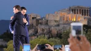 Emmanuel Macron y Alexis Tsipras se abrazan frente a la Acrópolis de Atenas