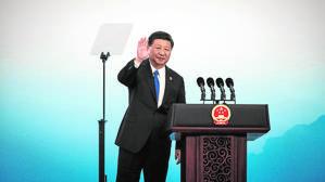 El presidente chino, Xi Jinping, se despide de los periodistas tras ofrecer una rueda de prensa