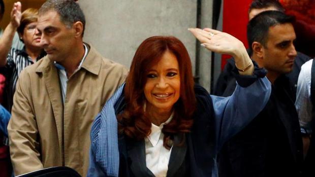 La expresidenta Cristina Fernández saluda a sus simpatizantes cuando se dirige a un tribunal a declarar, en Buenos Aires