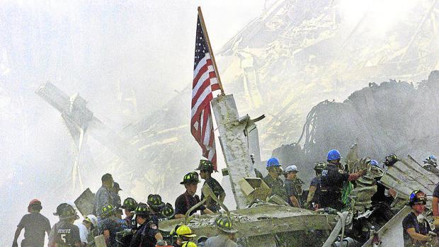 Los bomberos intentan coordinarse en torno a una bandera de EE.UU.
