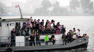 Ciudadanos de Corea del Norte celebran la fundación de su país con travesías por el río Yalu.