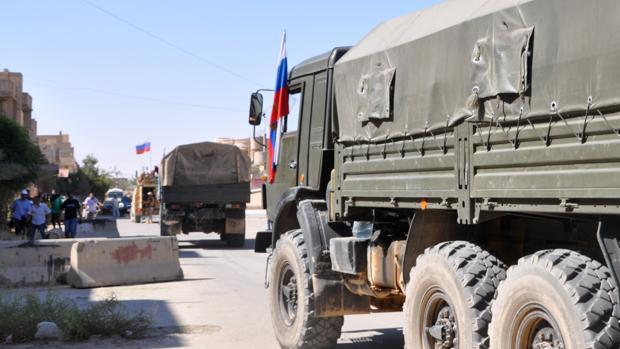 Vehículos militares rusos llevan ayuda a zonas del norte de la ciudad siria de Deir Ezzor