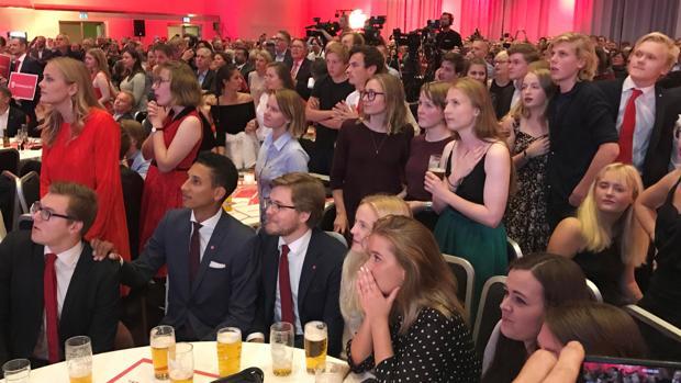 Seguidores del partido Laborista noruego siguen el escrutinio de las elecciones