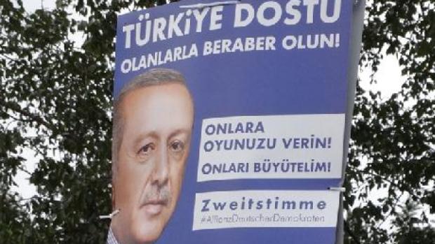 Cartel electoral con la imagen de Erdogan, en Duisburgo