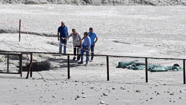 Los cuerpos cubiertos por bolsas de los tres fallecidos en una solfatara (cráter volcánico) cerca de Nápoles