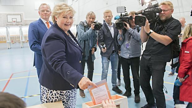 Erna Solberg, reelegida primera ministra, eherciendo su derecho al voto