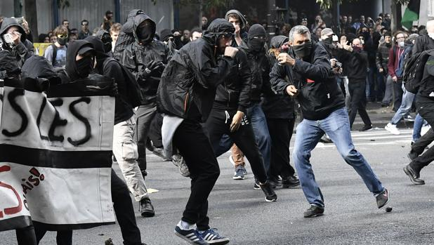 Manifestantes encapuchados, durante la protesta contra la reforma laboral de Macron en París