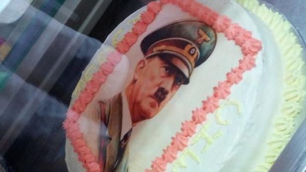 La tarta con el retrato de Adolf Hitler en el escaparate de una pastelería en Potenza