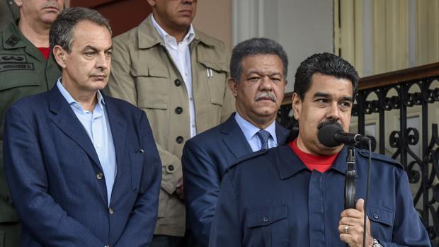 José Luis Rodríguez Zapatero (i), junto al expresidente dominicano (c) y Nicolás Maduro (d)