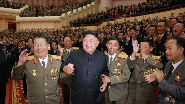 El dictador norcoreano, Kim Jong-un, rodeado de sus oficiales