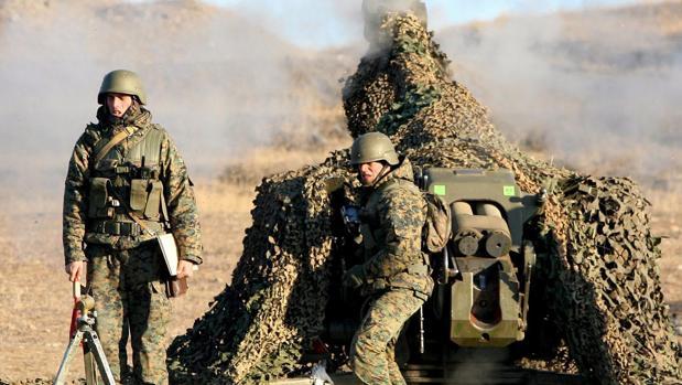 Dos soldados rusos durante unas maniobras militares en Georgia