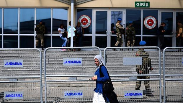 Una mujer camina por delante de la Gerdarmería turca