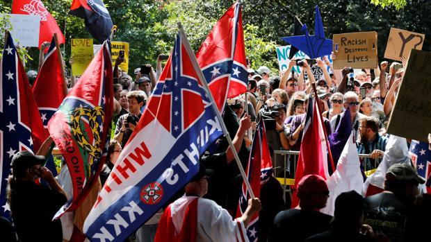 Miembros del Ku Klux Klan se enfrentan a manifestantes antirracistas durante los sucesos de Charlottesville