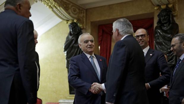 Ghassan Salame, Representante Especial del Secretario General de la ONU para Libia estrecha la mano a Rex Tillerson durante la sesión del Consejo de Seguridad