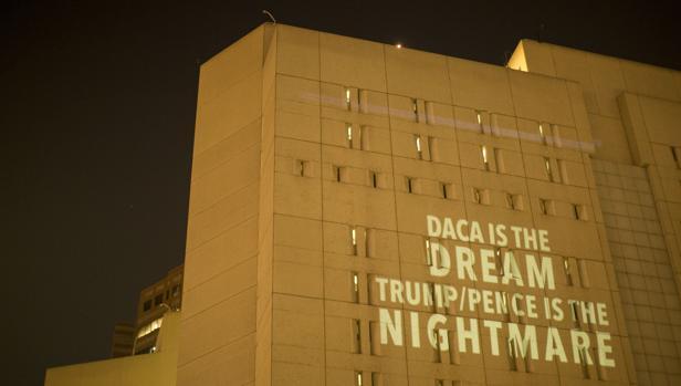 Un grupo de activistas antiTrump proyectaron este mensaje en un edificio de Los Ángeles: «DACA es el sueño, Trump/Pence son la pesadilla»