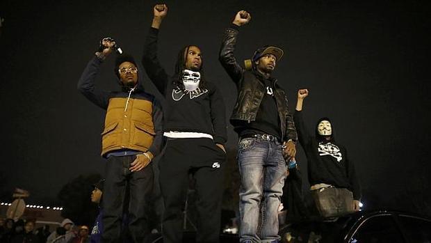 Manifestantes a la entrada del edificio del Departamento de Policía de Ferguson (Misouri) en 2014