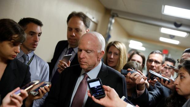El senador republicano John McCain, esta semana en el Capitolio rodeado de periodistas