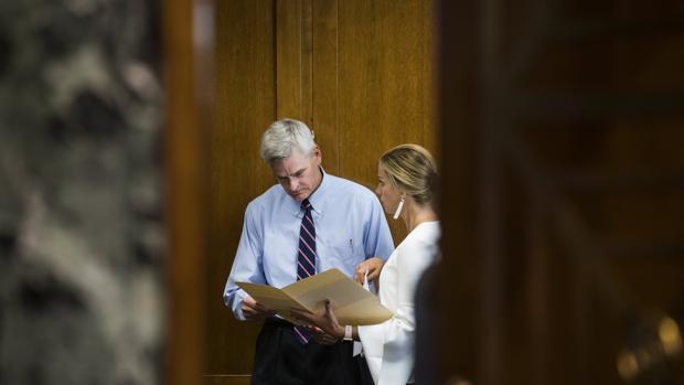 El senador republicano Bill Cassidy (i), de Luisiana, se prepara para testificar antes del Comité de Finanzas del Senado sobre el controvertido proyecto de ley de salud Graham-Cassidy