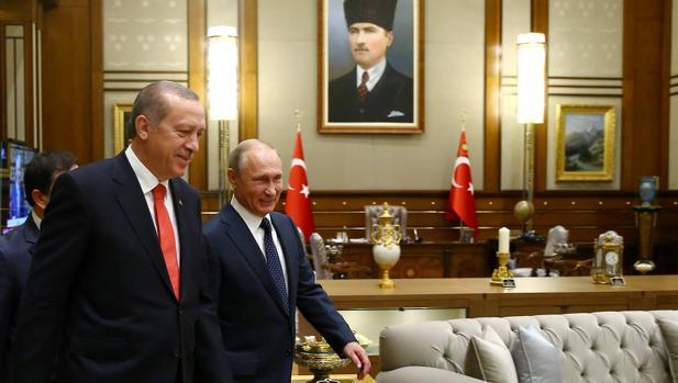 El presidente de Rusia, Vladimir Putin, y su homólogo turco, Recep Tayyip Erdogan, en el palacio presidencial de Ankara