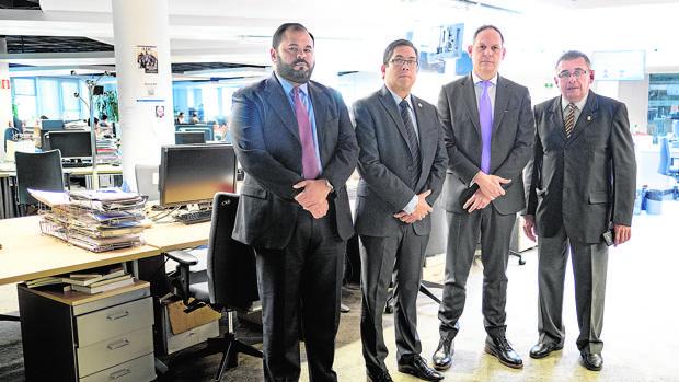 De izda. a dcha., los magistrados venezolanos Ramsis Ghazzaoui, Domingo Salgado Rodríguez, Miguel Ángel Martín y Cruz Graterol, ayer, en la redacción de ABC