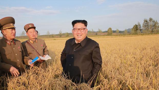 El dictador norcoreano, Kim Jong-un (centro)