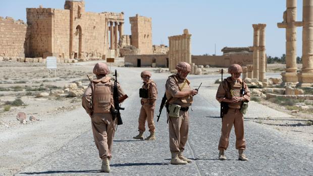 Soldados rusos patrullan en 2016 por la antigua Palmira, en Siria