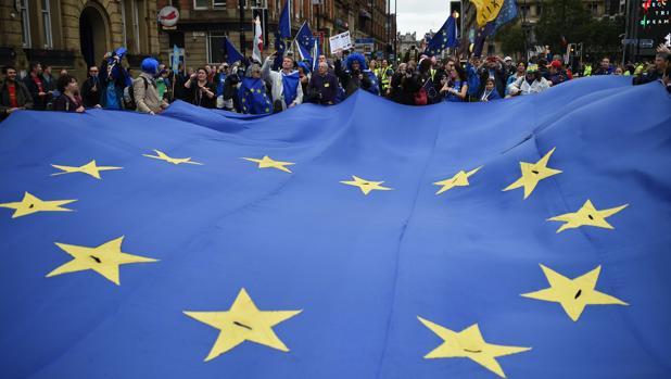 Manifestantes portan una gran bandera europea en Mánchester este domingo