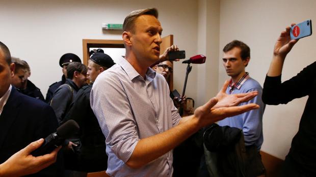 Alexéi Navalni conversa con varios periodistas tras conocer su sentencia