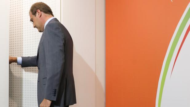 El líder del PSD, Passos Coelho, abandona la sala de prensa tras las elecciones locales del domingo en Portugal