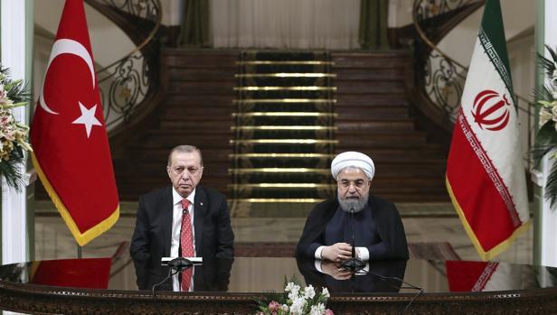 El presidente iraní, Hasan Rohaní (d), y su homólogo turco, Recep Tayyip Erdogan, durante una rueda de prensa conjunta tras su reunión en Teherán