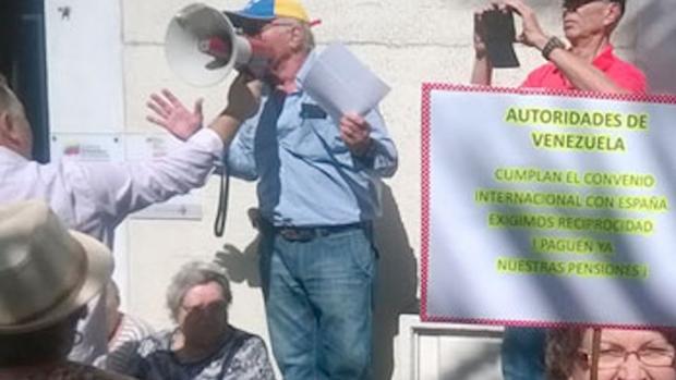 Protesta de pensionistas que protestan en España al no recibir sus pensiones de Venezulea
