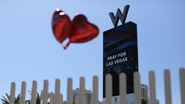 Uns globos juntio a un cartel que dice «Reza por Las Vegas», en la jornada de luto por la matanza