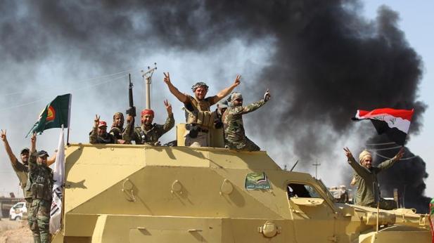 Combatientes de las Fuerzas de Movilización Popular, que apoyan al Ejército iraquí, en la toma de Hawiya este miércoles