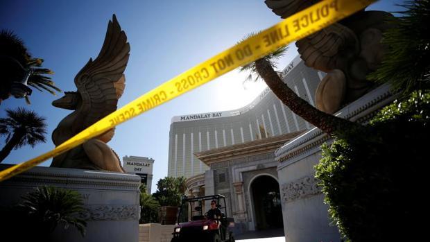 Un miembro del FBI se marcha del hotel Mandalay Bay, este miércoles en Las Vegas