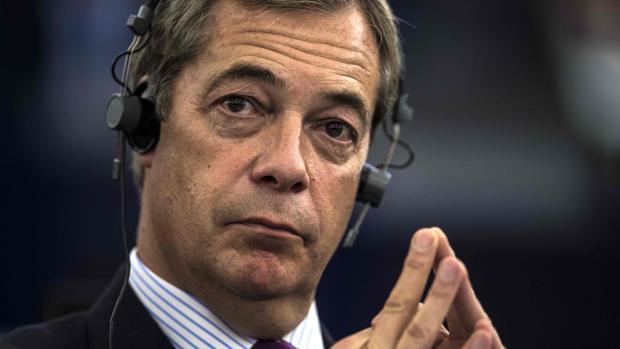 El ex líder del Partido de la Independencia del Reino Unido (UKIP) Nigel Farage sigue un debate sobre el progreso de las conversaciones de Brexit en el Parlamento Europeo en Estrasburgo