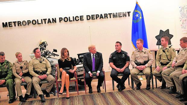Trump y Melania, ayer en el Departamento de Policía de Las Vegas