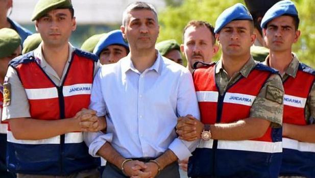 Policías turcos escoltan a un hombre acusado de intentar matar al presidente turco, Recep Tayyip Ergodan, en el golpe del 15 de julio de 2016