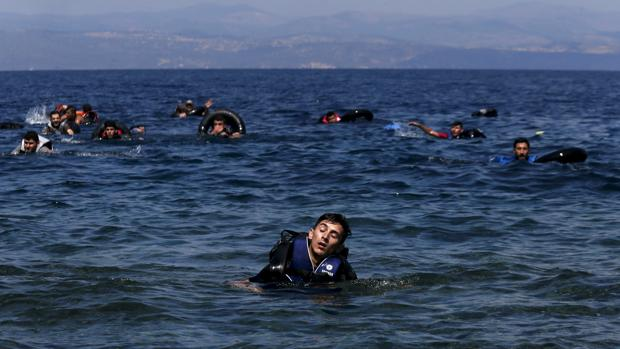 Un refugiado nada hacia la isla griega de Lesbos
