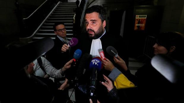 El abogado de Christine Rivière, thabla con los periodistas a su llegada al tribunal de Justicia