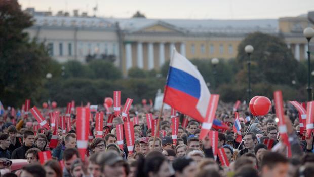 Seguidores del líder opositor Navalni, en la manifestación celebrada hoy en San Petersburgo, ciudad natal de Putin