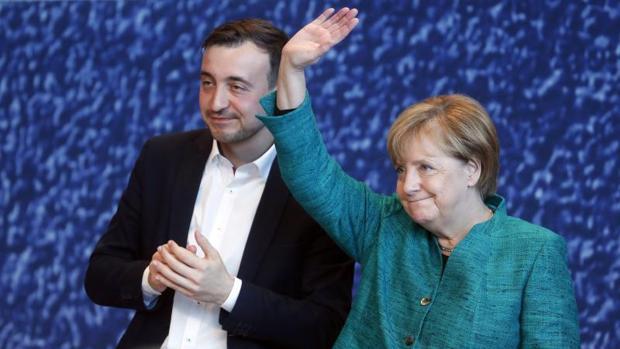 Angela Merkel, junto al líder de las juventudes de la Unión Cristianodemócrata, Paul Ziemiak, este sábado en Dresde