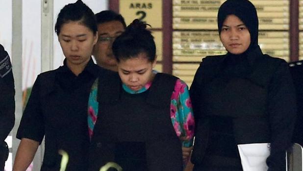 Siti Aisyah, a su llegada al tribunal de Shah Alam, a las afueras de Kuala Lumpur, para ser juzgada por el asesinato del hermanastro del dictador norcoreano