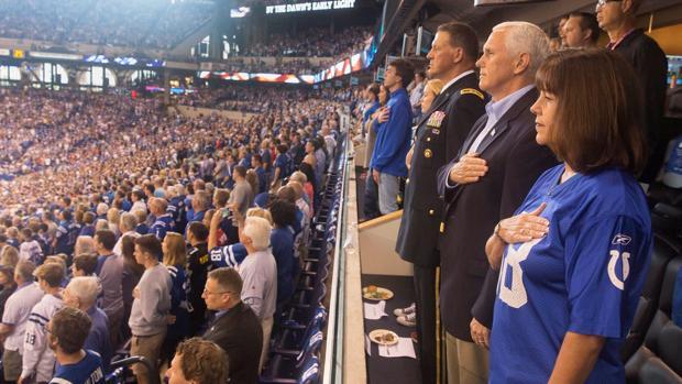 El vicepresidente Mike Pence escucha el himno nacional antes de comenzar el partido