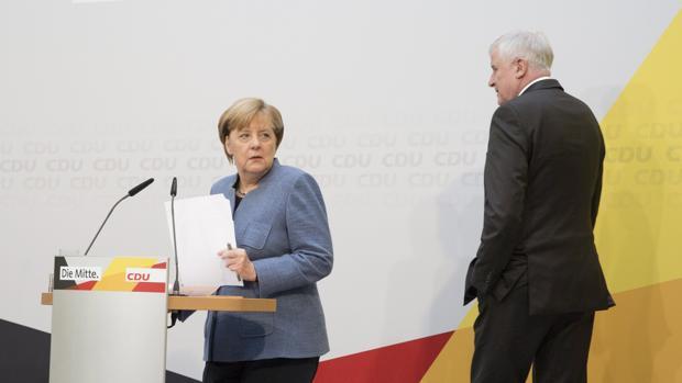 La canciller alemana y líder de la Unión Cristianodemócrata (CDU) , Angela Merkel (i), y el presidente de la bávara Unión Socialcristiana (CSU), Horst Seehofer (d), ofrecen una rueda de prensa conjunta en Berlín (Alemania), hoy 9 de octubre de 2017. El bloque conservador que apoya a Merkel mantendrá por primera vez el 18 de octubre sendas reuniones con el Partido Liberal (FDP) y Los Verdes, para tantear la posibilidad de formar una coalición de gobierno, anunciaron ambos durante dicha rueda. EFE/Omer Messinger