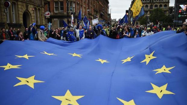 Manifestantes durante una marcha anti Brexit el primer día de la convención anual de los conservadores, el pasado 1 de octubre en Mánchester