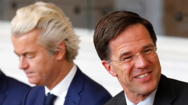 Mark Rutte (d), primer ministro de Holanda, y Geert Wilders, líder de la extrema derecha, durante una reunión en el Parlamento holandés el pasado marzo