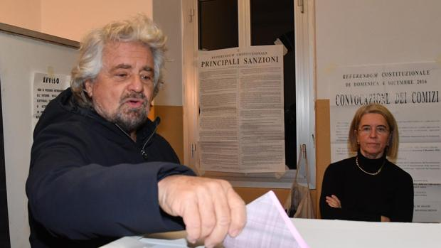 Beppe Grillo vota en el referendum del año pasado