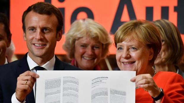 Angela Merkel y Emmanuel Macron, este martes en la Feria del Libro de Fráncfort