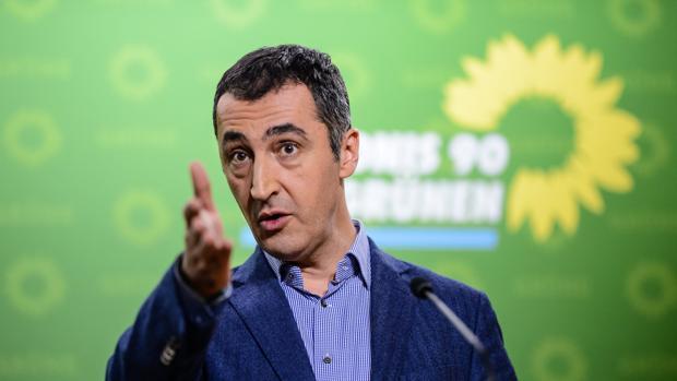 El líder de Los Verdes alemanes, Cem Özdemir, ofrece una rueda de prensa en Berlín